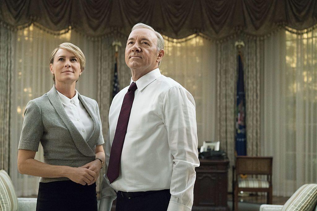 Frank ve Claire Underwood çifti oval ofiste kalabilmek için ellerinden geleni ardına koymuyorlar.